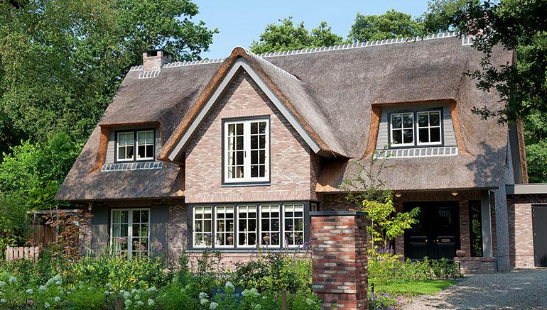 De romantische bouwstijl past perfect in een landelijke omgeving